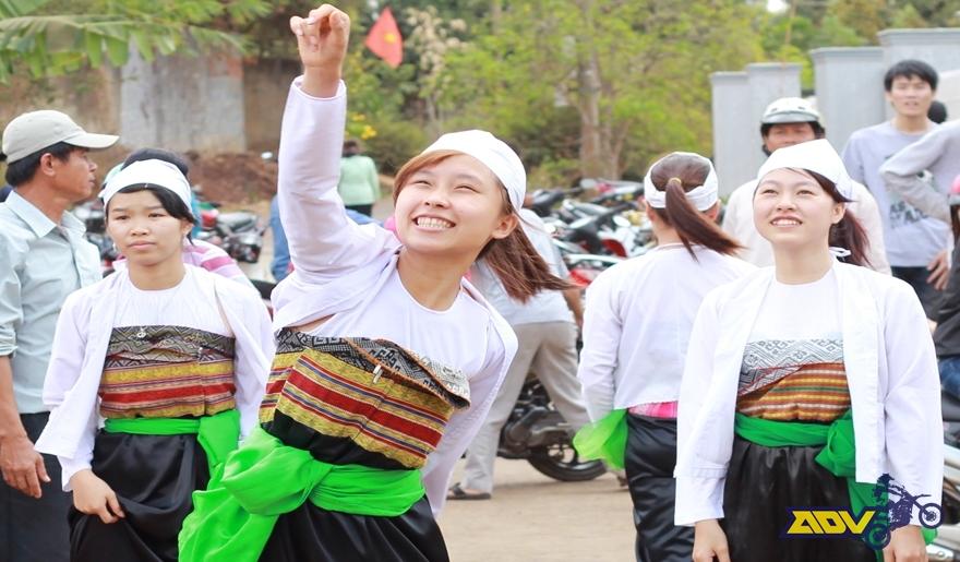 Muong-women-enjoy-Gong-festival